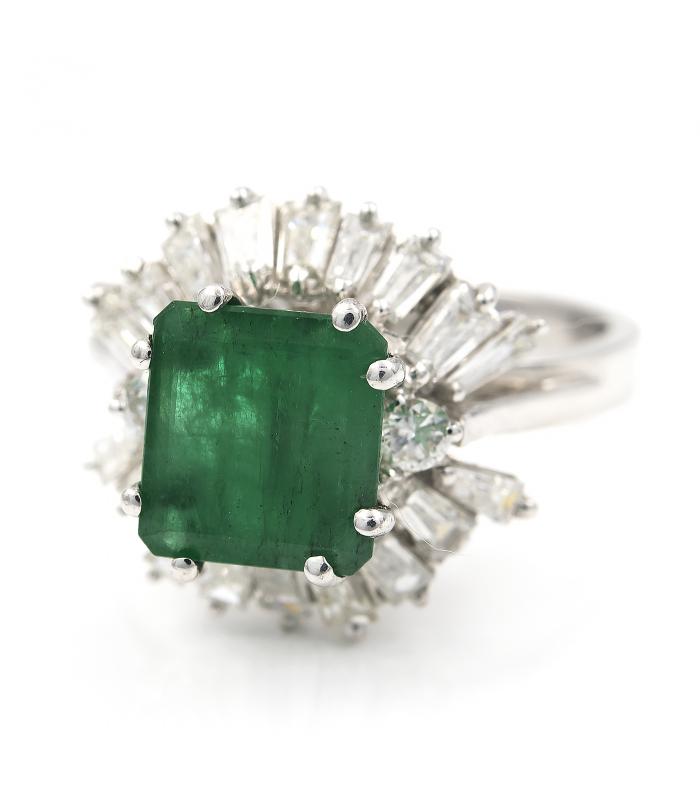 Sortija de oro blanco con una esmeralda central y diamantes talla de ...