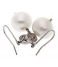 Pendientes en oro blanco con chatón redondo decorado con diamantes y perlas fresh water Barroca