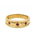 Sortija de oro amarillo con diamantes y rubíes