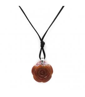 Collar semi-largo de cordón negro con colgante de rosa de ámbar color caramelo