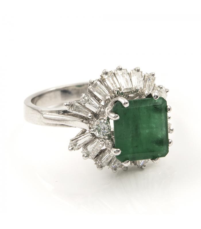 Sortija de oro blanco con una esmeralda central y diamantes talla de baguette y de brillante - Talla 13 [ES]
