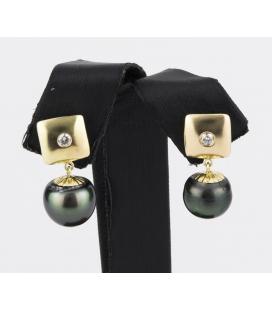 Pendientes con chatones cuadrado realizados en oro amarillo con diamantes talla de brillante y perlas de tahiti