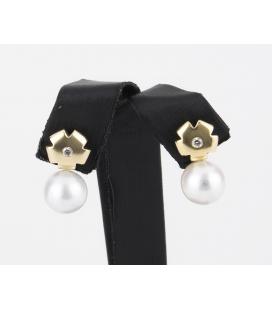 Pendientes con chatones en forma de flor de oro amarillo con diamantes y perlas australianas